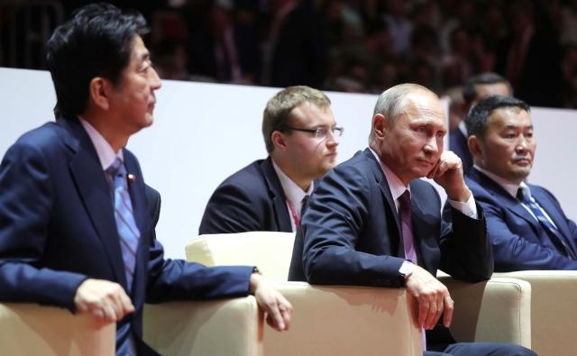 Синдзо Абэ и Владимир Путин посетили финальные соревнования турнира по дзюдо. 7 сентября 2017 года