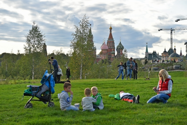 Вандализм в «Зарядье»: за три дня вытоптано 30% зеленого покрова