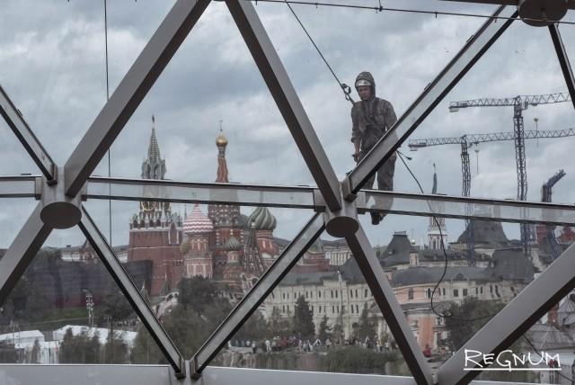 Рабочий устраняет повреждения на стеклянном куполе