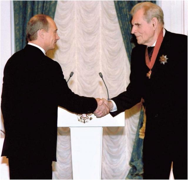 Президент РФ В.В.Путин вручает А.В. Гапонову-Грехову орден «За заслуги перед Отечеством» II степени