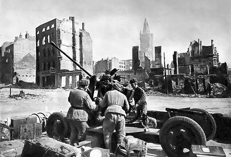 Советские зенитчики в Кёнигсберге. Апрель 1945 года