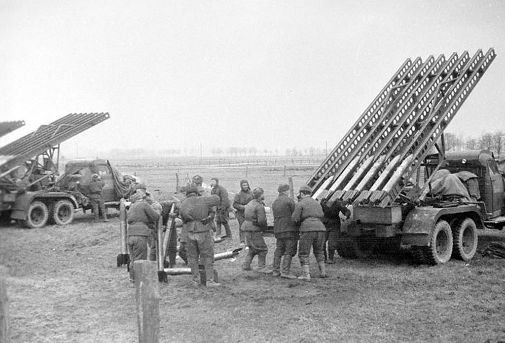 Советские гвардейские минометы на огневой позиции. Юго-западнее Кёнигсберга. 1945