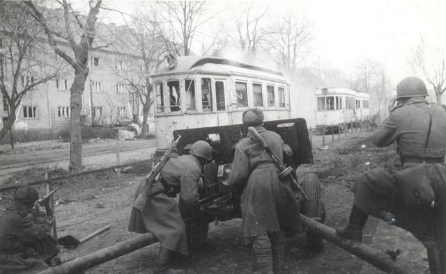 Советские артиллеристы в городском бою в Кёнигсберге. 7—8 апреля 1945 года