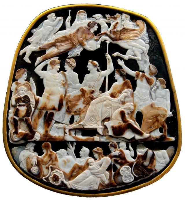 Великая французская камея, ок. 23 года н. э. Октавиан изображён вознесённым на небо