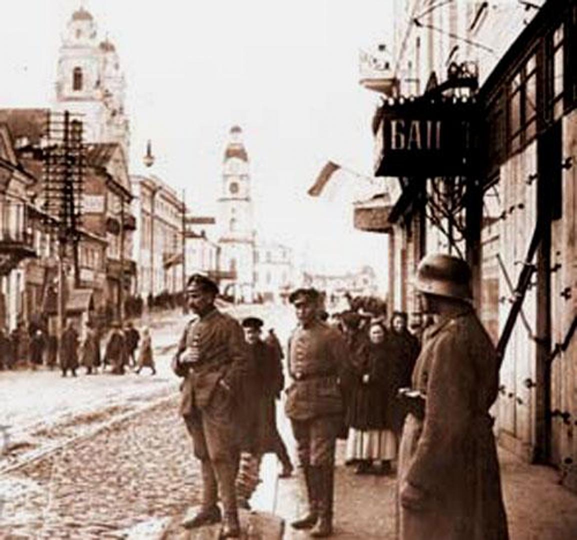Бело-красно-белый флаг, вывешенный на балконе квартиры, так называемой Белорусской Народной Республики,под опекой польской жандармерии (в центре) и немецких солдат (на переднем плане). Минск, 1918 г
