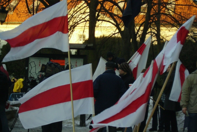 Бело-красно-белые флаги. Варшава. 2006 год