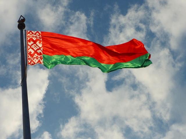 Государственный флаг Республики Беларусь с доминирующим красным цветом, зелёной полосой и народным орнаментом у древка