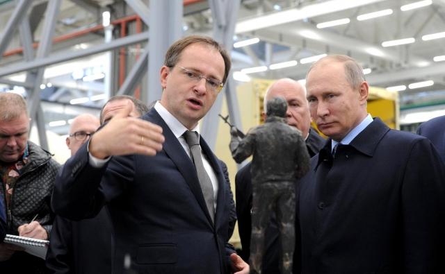 Владимир Мединский и Владимир Путин у макета памятника Калашникову в Ижевске. 20 сентября 2016 года