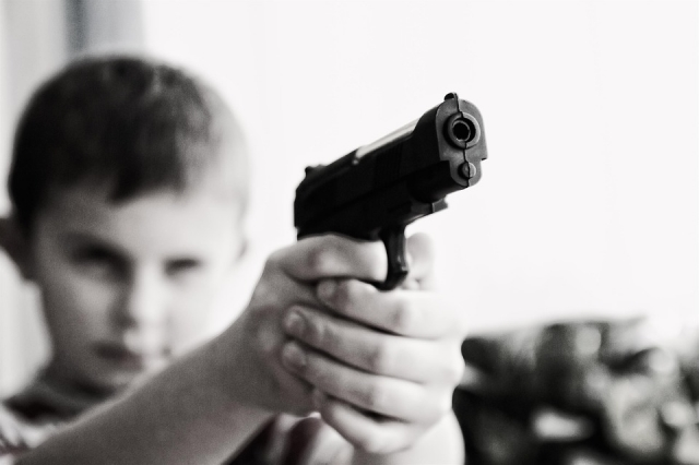 Ребёнок с пистолетом