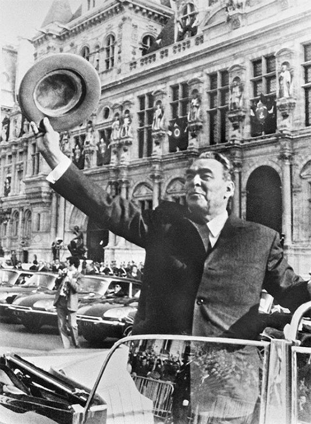 Париж. Леонид Ильич Брежнев приветствует горожан, собравшихся у здания ратуши. 1971