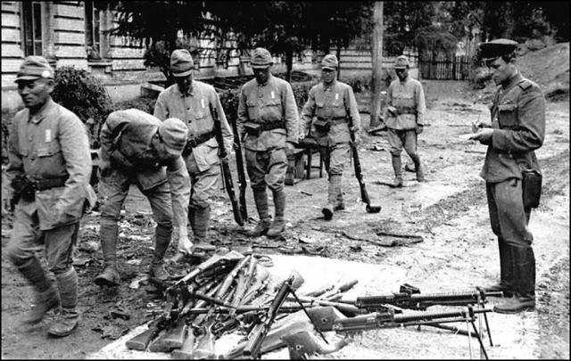 Японские солдаты сдают оружие. 1945