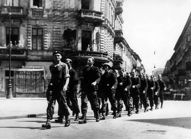 Повстанцы маршируют по Варшаве