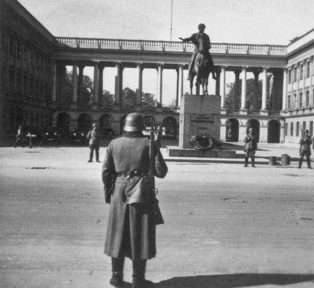 Немецкий патруль на площади Пилсудского в оккупированной Варшаве