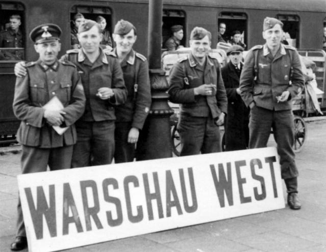 Немецкие солдаты в оккупированной Варшаве