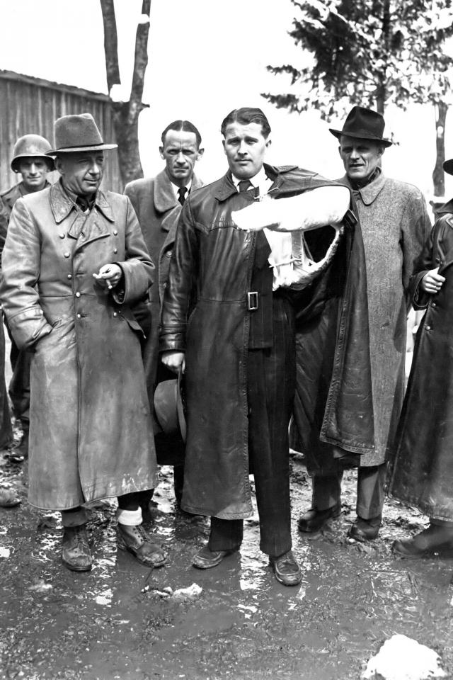 В. фон Браун после сдачи в плен союзникам в мае 1945 года. Слева — Дорнбергер