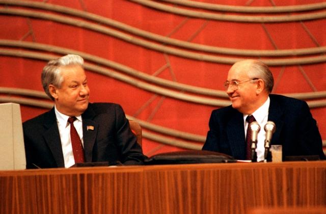 Президент СССР Михаил Горбачев и председатель Верховного совета РСФСР Борис Ельцин в президиуме IV съезда народных депутатов СССР, 1990
