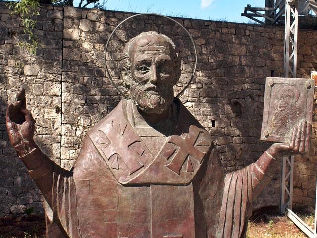 Скульптура Св. Николая у стен церкви