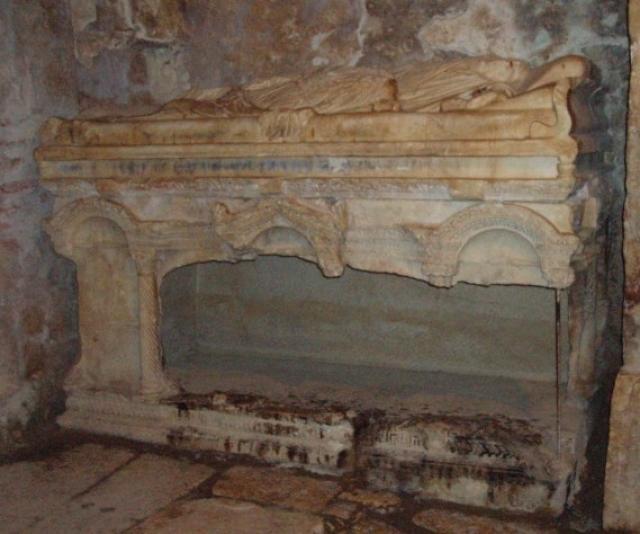 Саркофаг, в котором был похоронен святой Николай
