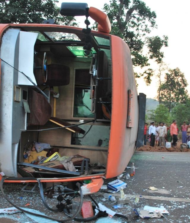 Рейсовый пассажирский автобус перевернулся в Хабаровском крае