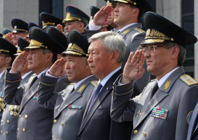 Сотруники КНБ и презиент Казахстана Нурсултан Назарбаев