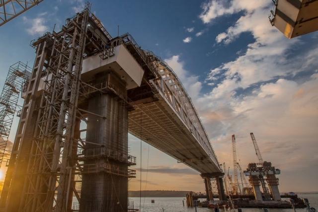 Автодорожную арку Крымского моста доставили к фарватерным опорам