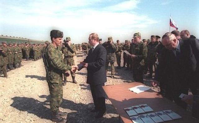 Владимир Путин принял участие в церемонии вывода из Чечни парашютно-десантного полка. 2000 год