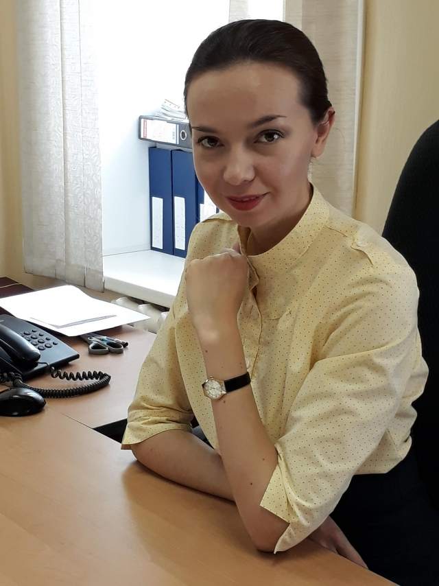 Депутат Барнаульской городской думы Оксана Молодых на своём рабочем месте