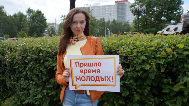 Депутат Барнаульской городской думы Оксана Молодых с партийным лозунгом «Пришло время Молодых»