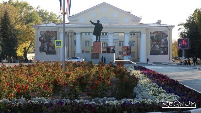 Городской дворец культуры и памятник В.И. Ленину на ул. Мира. Гуково, Ростовская область