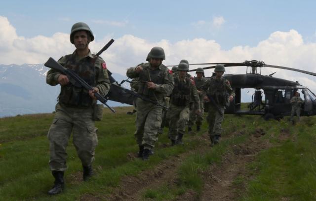 Турция сосредотачивает военный транспорт у сирийской границы