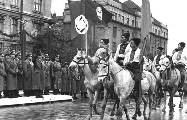 Националисты ОУН-УПА (организация, деятельность которой запрещена в РФ) на параде в Ивано-Франковске. Украина. 1941