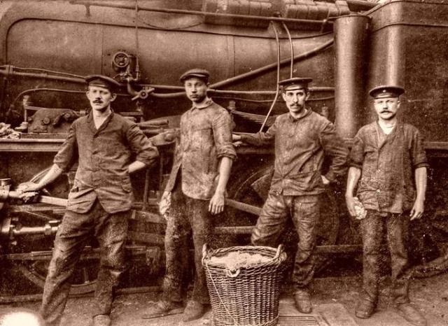 Рабочие паровозного депо