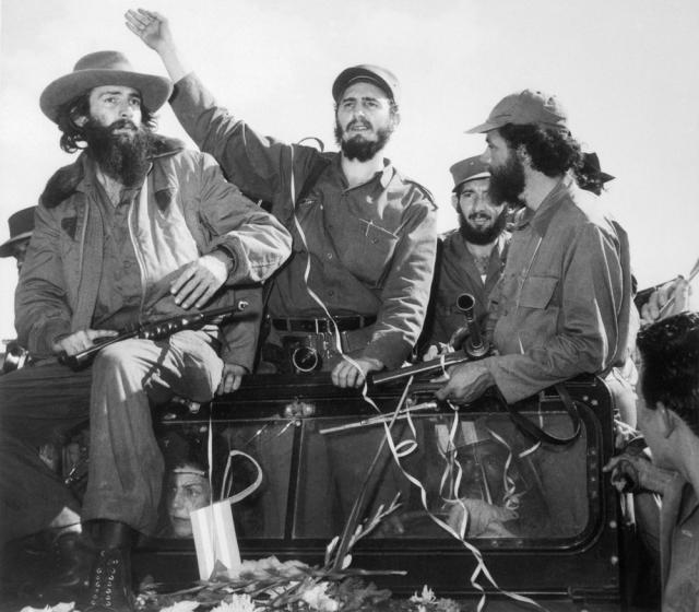 Фидель Кастро приветствует своих сторонников по прибытии в Гавану 1 января 1959 года.