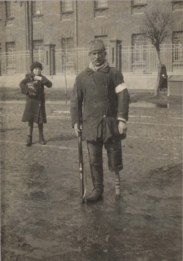 Москва, Милиционер на фоне Бутырской тюрьмы