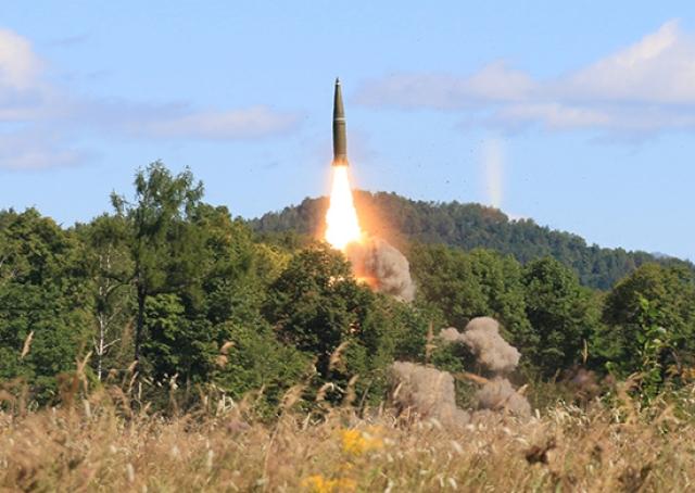 Пуск ракеты расчетом «Искандер-М»