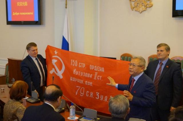 Нижегородские коммунисты вручили китайским коллегам копию Знамени Победы