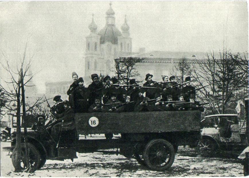 Отряд красногвардейцев у Смольного перед отправкой на боевое задание Военно-революционного комитета