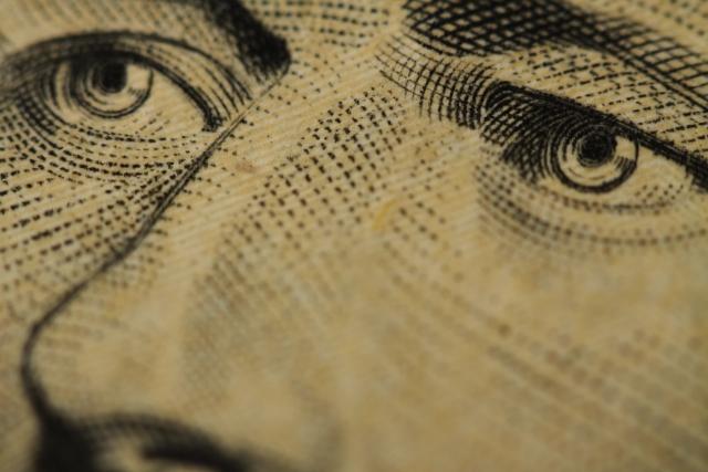 Увеличенное изображение купюры доллара (фрагмент)-