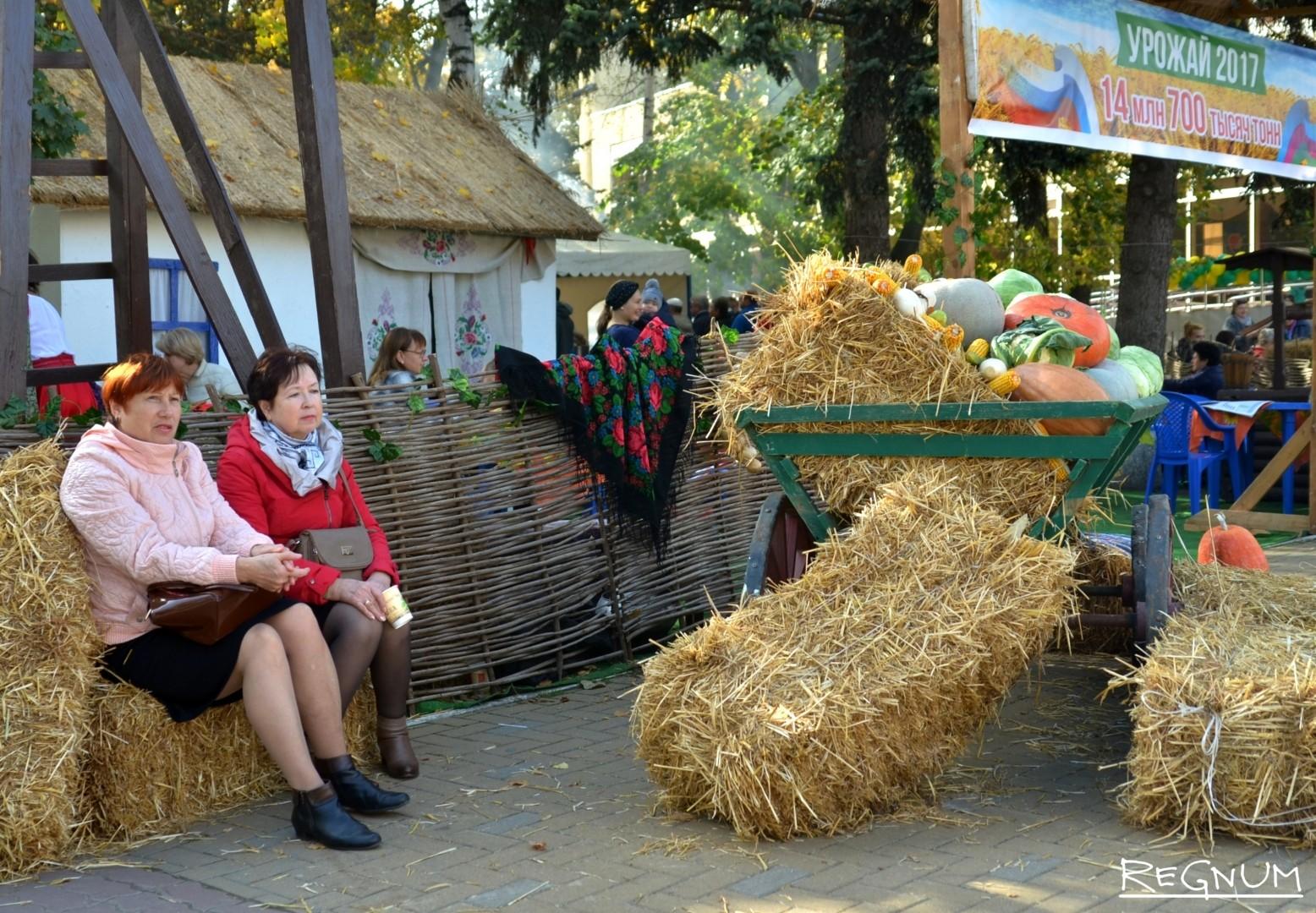 Люди в россии празднуют день урожая