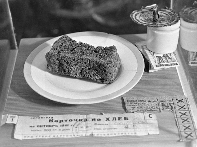 Блокадный хлеб и хлебные карточки времен Великой Отечественной войны в музее истории хлебопечения. Россия, Санкт-Петербург