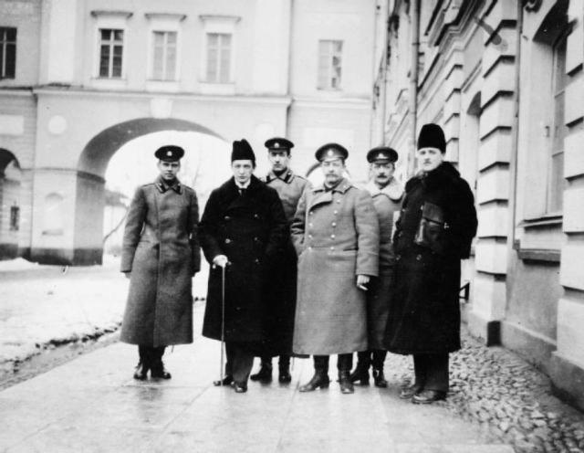 Члены Временного правительства, генерал Корнилов и Керенский со своими охранниками в Царском Селе после того как они арестовали императрицу Александру, март 1917 года