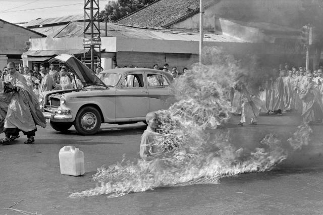 Самосожжение буддийского монаха Тхить Куанг Дыка в знак протеста против религиозной политики Нго Динь Зьема