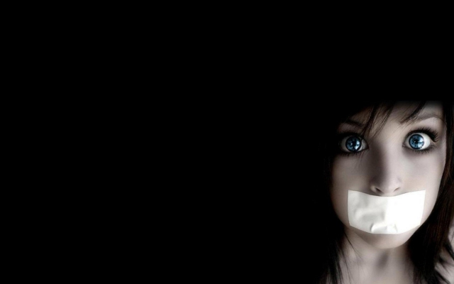 Скотч как метод воспитания: в Смоленске учительница заклеила рот ученику