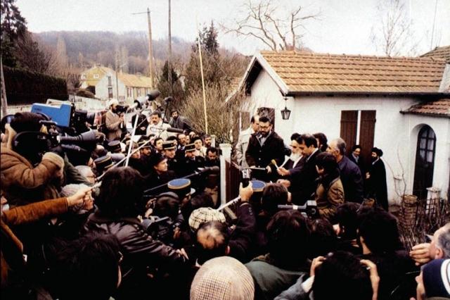 Хомейни выступает перед СМИ в Париже
