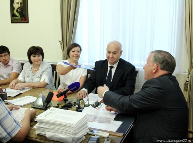 До августа 2014 года представители СМГ (компания «Эвалар») весьма лояльно относились к региональным властям. При их всесторонней поддержке губернатор Александр Карлин был переизбран на третий срок