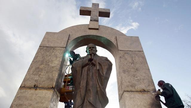 Не угодивший французам памятник папе Иоанну Павлу II