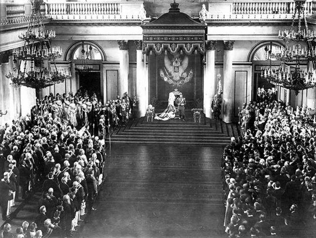 Император Николай II приветствует первую думу в Георгиевском зале Зимнего дворца