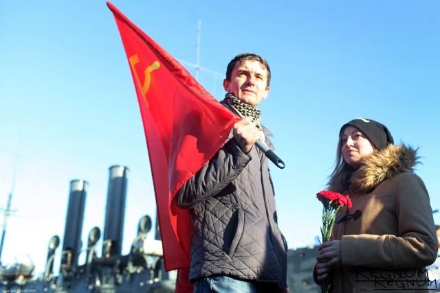 В Петербурге коммунисты прошествовали к «Авроре» и заклеймили правительство