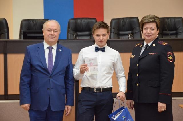 Глава самоуправления Калуги вручил паспорта подросткам