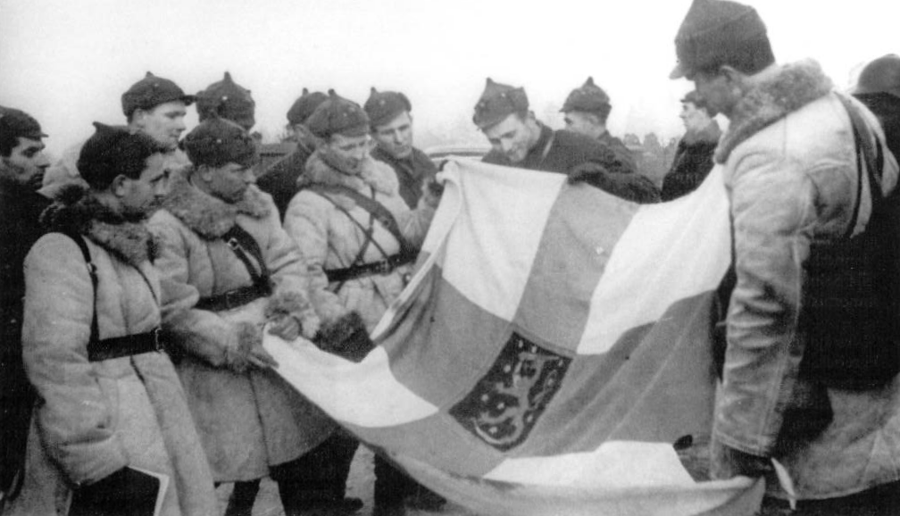 Группа красноармейцев демонстрирует захваченный флаг Финляндии. 1940